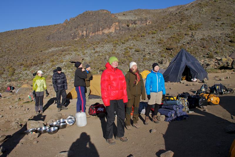 Sopivaa kylmän aamun varustusta Kilimanjaron Barranco-leirissä (n. 4000 m.).